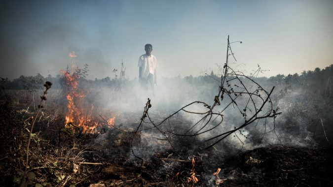 myanmarilainen poika, tulta ja savua