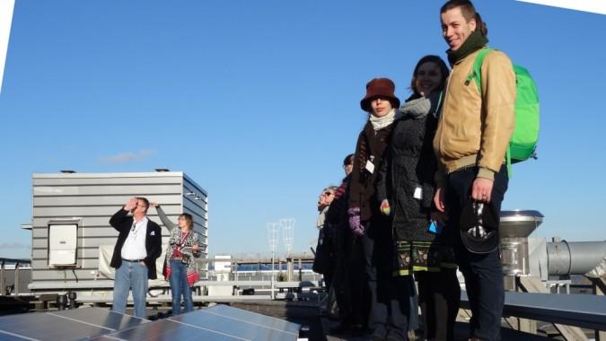 Tapaamisen lopuksi ryhmä pääsi tutustumaan Ilmatieteen laitoksen säähavaintoasemaan ja katolle rakennettuun aurinkovoimalaan.