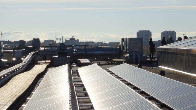Aurinkopaneelit ja kaupunkimaisema