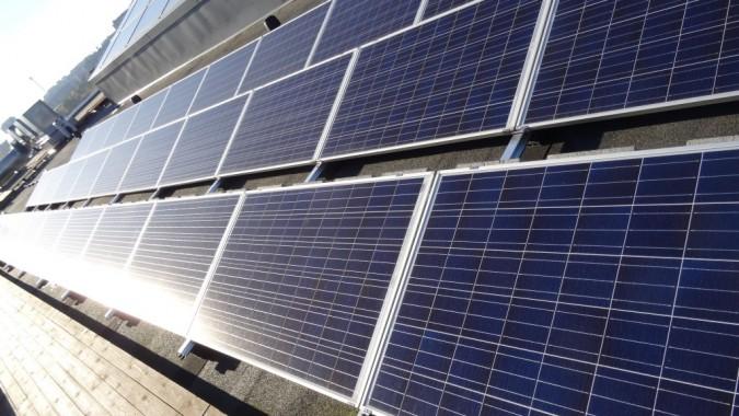 Vertailun vuoksi: sähköntuotanto aurinkopaneeleilla yhden hehtaarin alalla tuottaa saman verran sähköä kuin sähköntuotanto metsätaloudella 330 hehtaarin alalla.