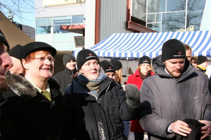 Presitentti Tarja Halonen vieraili 2 euron kampanjan teltteleirissä