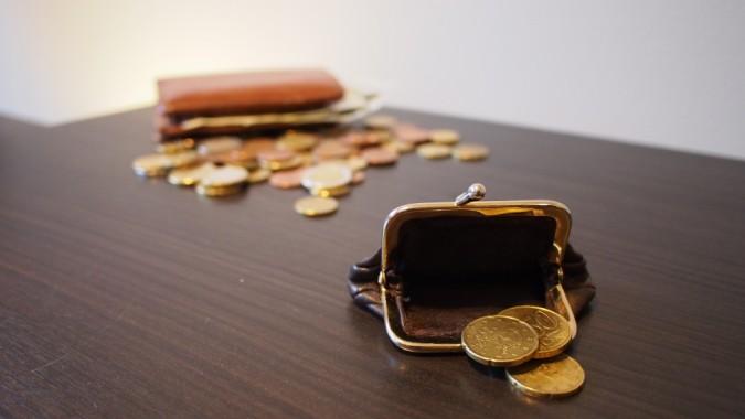 rahapussi ja kolikoita