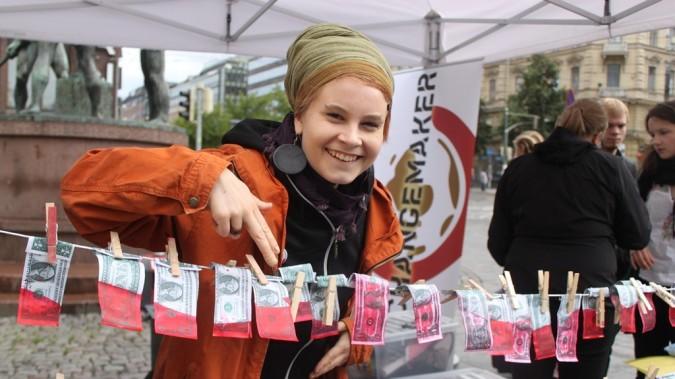 """Syksyllä 2012 Rauhantekijä-kampanjan tempauksessa ripustetiin """"verirahoja"""""""