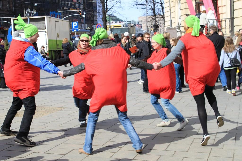 Vuoden 2010 Kypsä vientitukiin -kampanjassa esiintyi tomaattipukuisia tanssijoita.