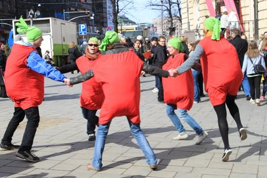 Tomaattiasuissa tanssivia vapaaehtoisia