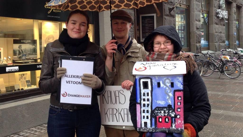vapaaehtoiset postilaatikon kanssa veroparatiisikampanjassa