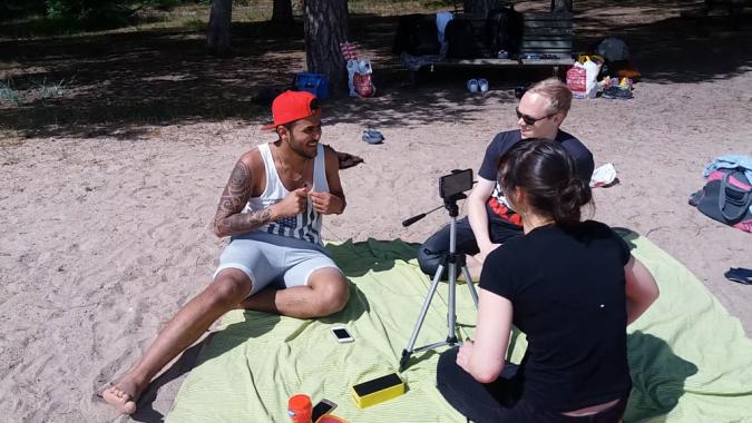 Irakilainen Bariq ja suomalainen Patric keskustelemassa videopajassa