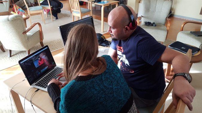 videotyöpajan ohjaaja ja osallistuja leikkaamassa videota