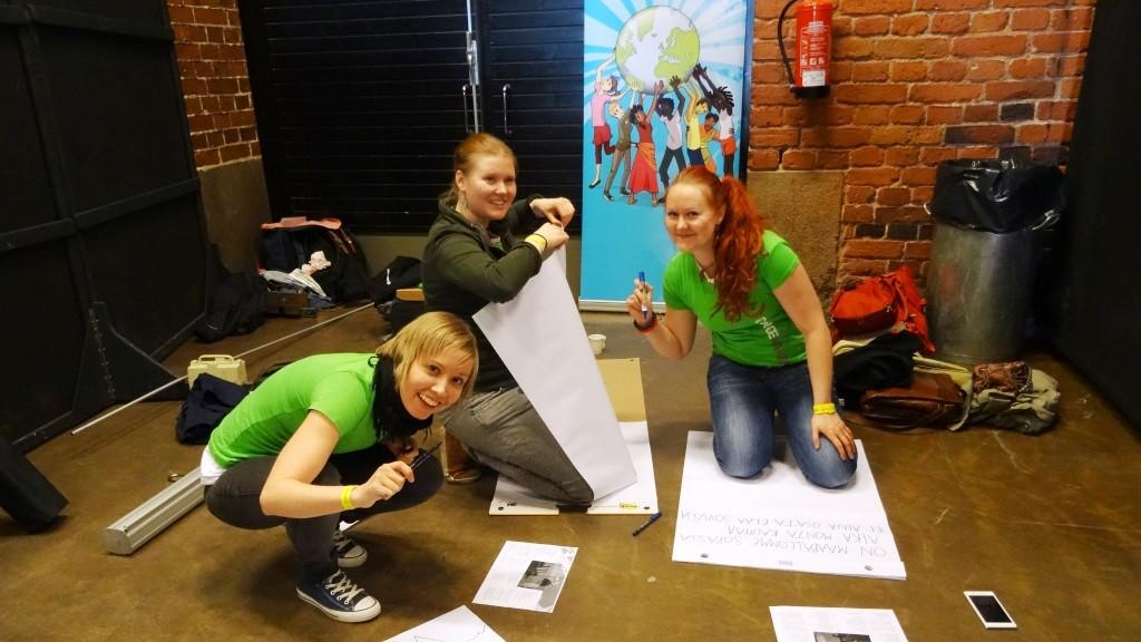 Changemakerin vapaaehtoisia valmistelemassa räppipajaa Yhden hinnalla -tapahtumassa.