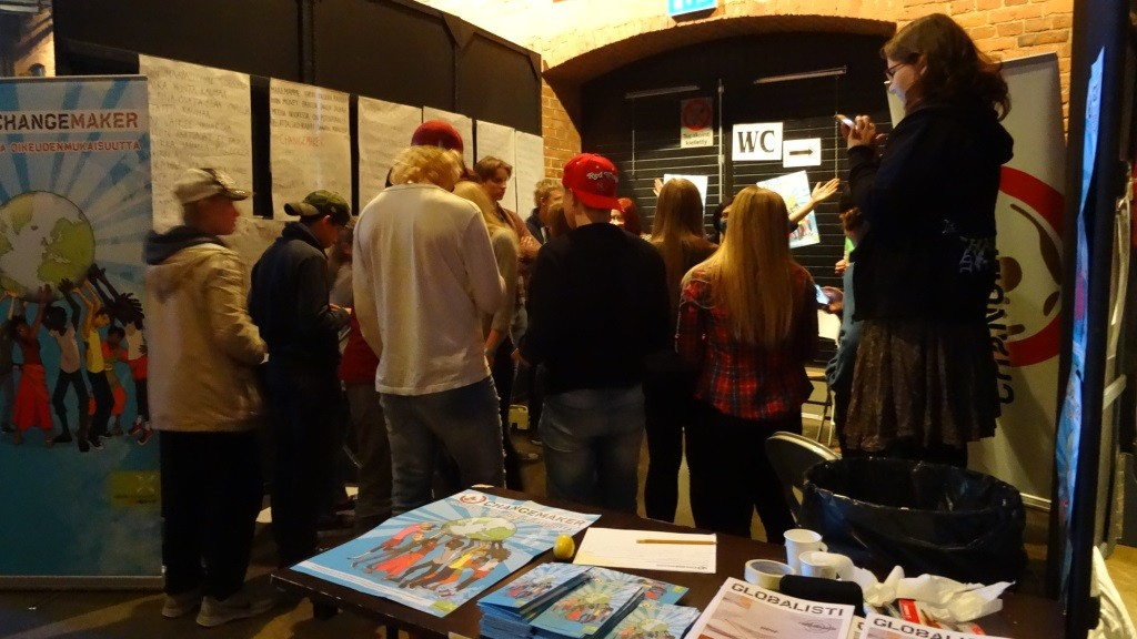Yhden hinnalla -tapahtumaan osallistuneet nuoret innostuivat räppäämän Changemakerin räppipajassa.