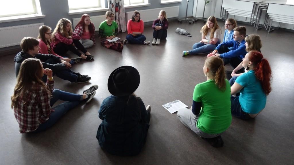 Näytelmän jälkeen draamapajassa keskusteltiin näytelmän herättämistä ajatuksista.
