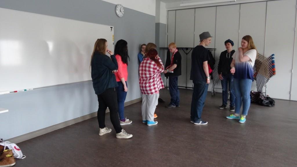 Changemaker järjesti Yhden hinnalla -tapahtumassa draamapajan, jossa tehtiin näytelmää ennakkoluuloista.
